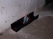 Fixace jedové staničky k podlaze a dva druhy nástrah pevně upevněné ve staničce, zde je zobrazena stanička připevněna dvěma masivními šrouby  (tuto staničku neznehodnotí ani vandal).